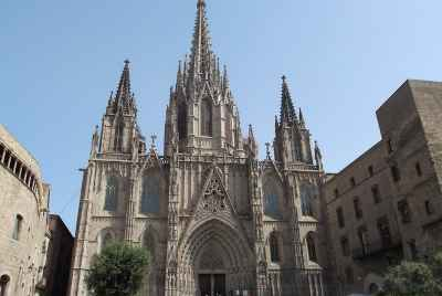 Residential building for sale in the center of Barcelona's Gothic Quarter, with units to rent out as tourist apartments